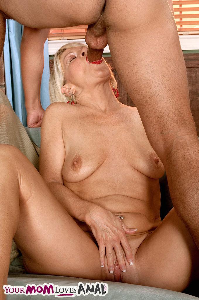 Молодой любовник отжарил престарелую блондинку в тугую задницу