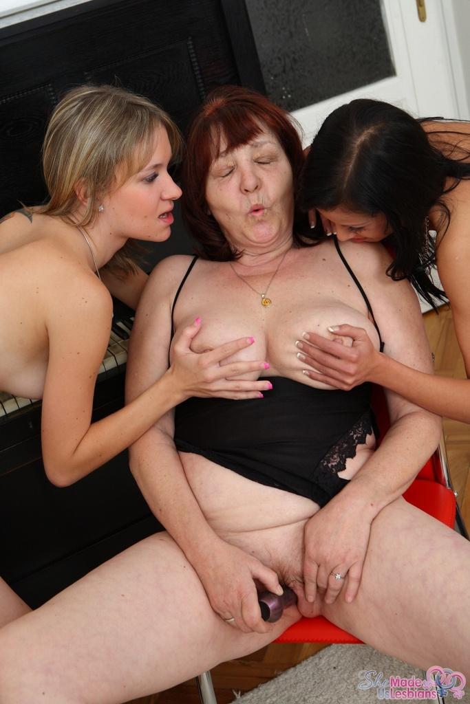 Пошлая бабуля учит двух молоденьких лесбиянок наслаждаться нежными кисками