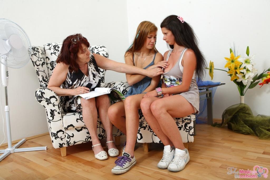 Рыженькая бабушка мастурбировала на соитие двух лесбиянок