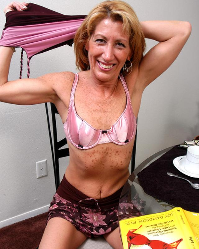 Худая бабушка сняла розовый лифчик во время завтрака