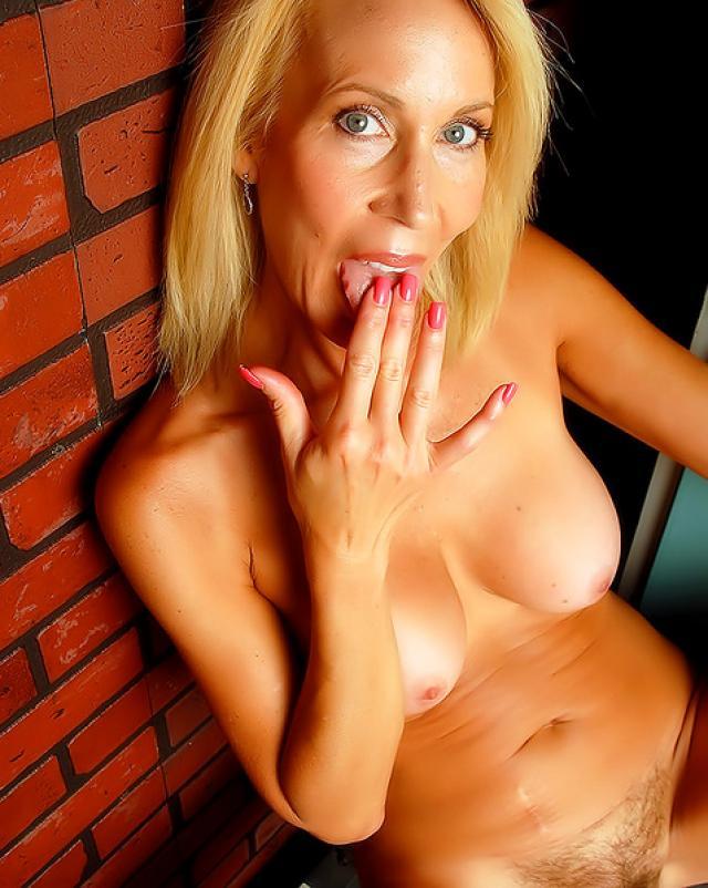 Зрелая женщина возбуждающе показывает свою мохнатую пизду