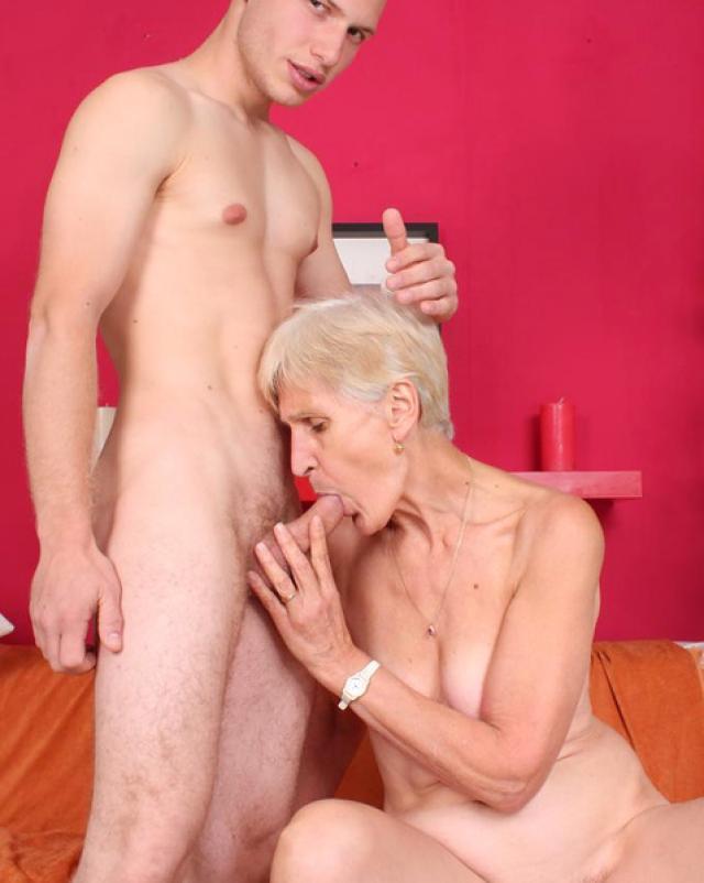 Заботливая бабушка сделала минет для молодого парня