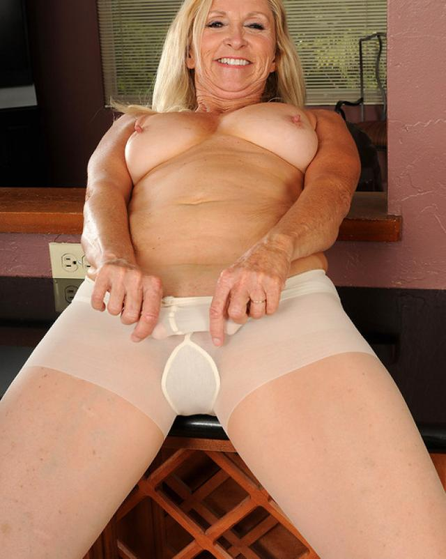 Голая толстая бабушка расширила свой анус