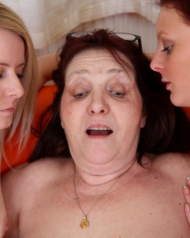 Молоденькие лесбиянки занялись сексом перед бабушкой