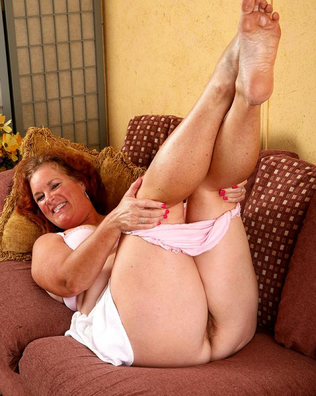 Рыжая бабуля мастурбировала свою мохнатую письку на диване