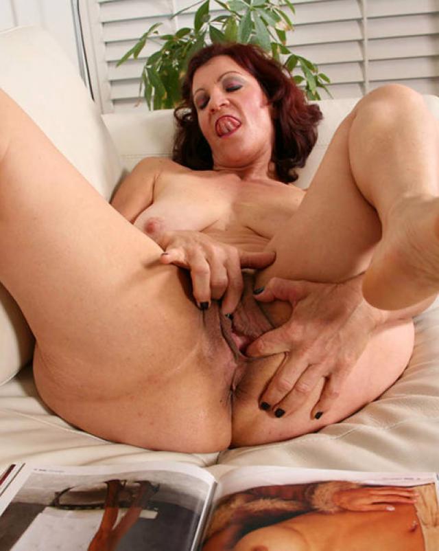 Дерзкая женщина обожает получать оргазмы