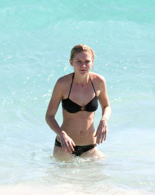 Горячая знаменитость Kirsten Dunst резвится на пляже