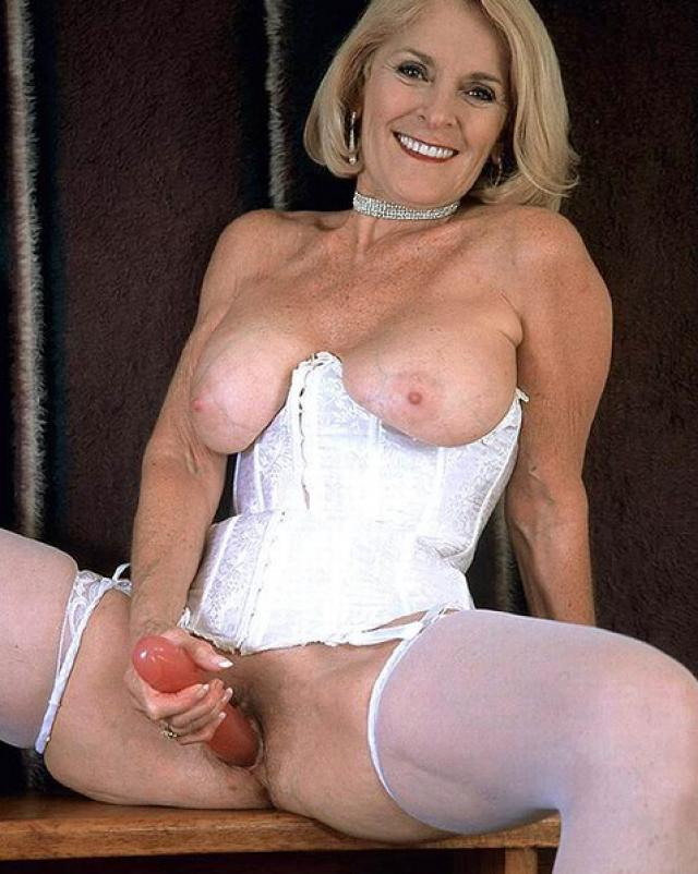 Сучка в корсете показывает свое зрелое, но сексуальное тело