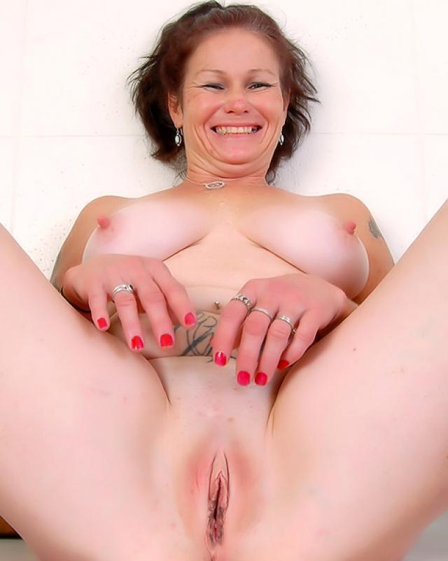 Толстушка с большими сиськами показала как любит мастурбировать