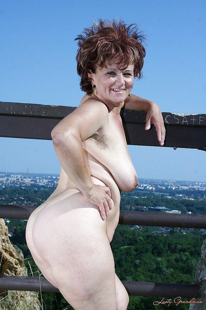 Сексуальная бабуля с большими сиськами голышом на природе