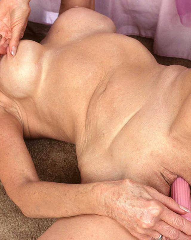 Бабушка в чулках зажигает на кроватке