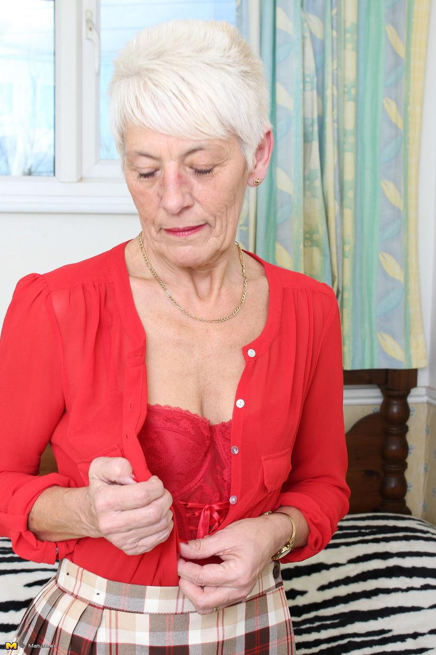 70-летняя бабушка в красном нижнем белье оголится на кровати