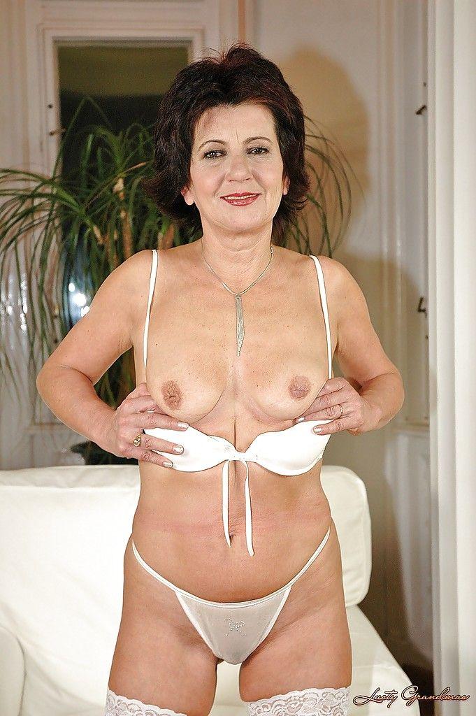 Горячая бабушка трахает волосатую вагину гигантским дилдо
