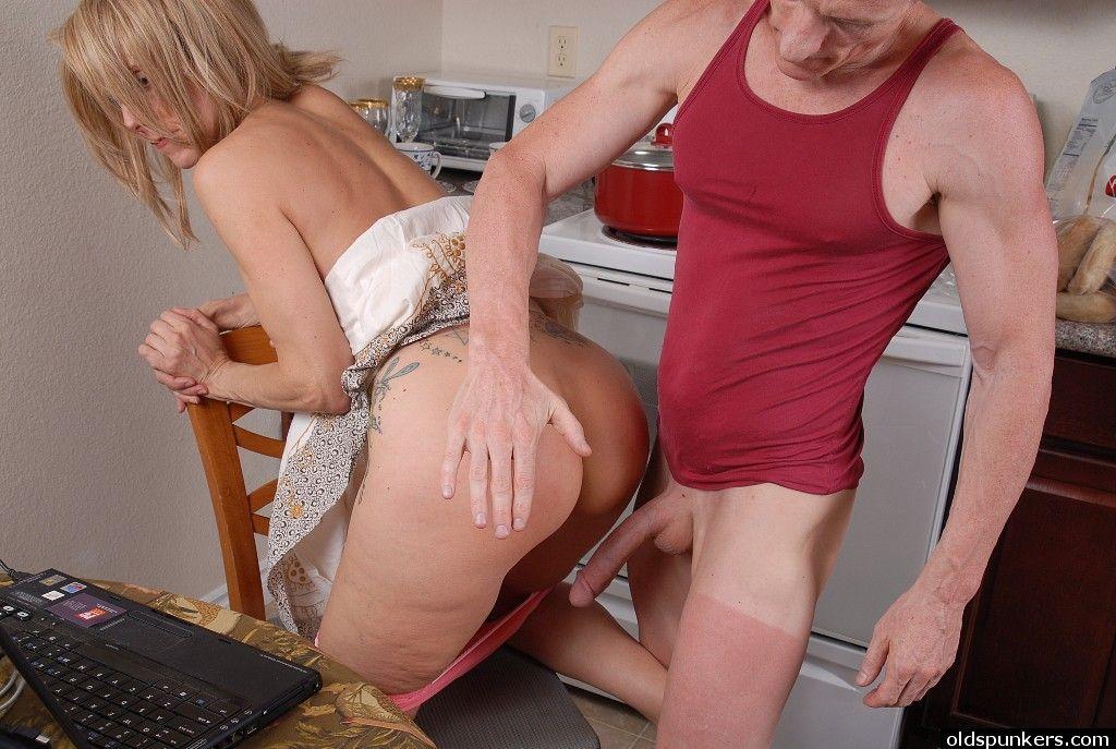 Голубоглазая бабушка делает минет на кухне и играет спермой