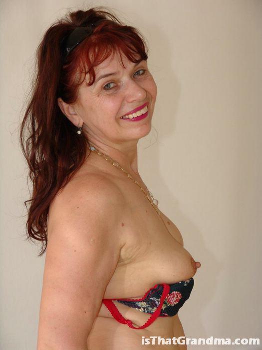 Рыжеволосая бабуля демонстрирует свое тело в белье