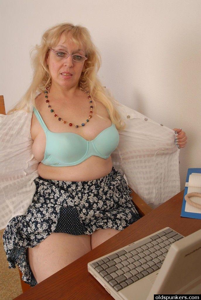 Развратная бабушка занимается мастурбацией вагины в онлайн видеочате