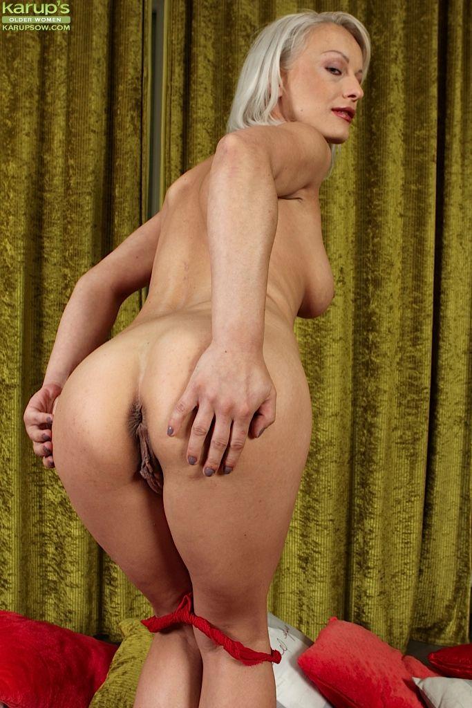 Бесстыжая бабушка с большими дойками мастурбирует фаллоимитатором