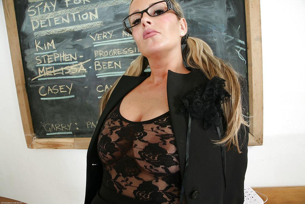 Зрелая учительница с огромными грудями шалит на столе