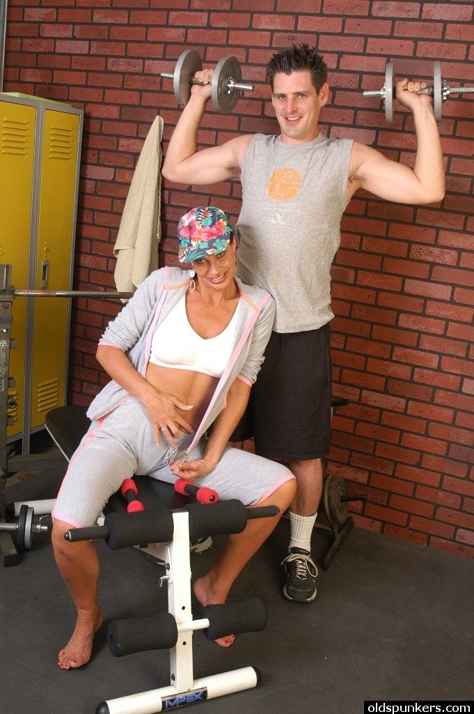 Зрелая шалава уговорила тренера по фитнесу на минет в зале