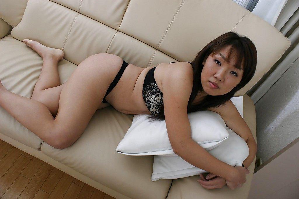 Зрелая азиатка мастурбирует вибратором подруги на диване