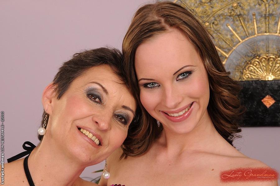 Лесбийская бабуля делит фаллос с молодой телкой