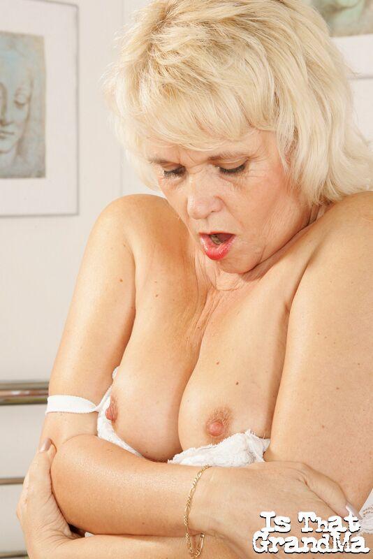 Бабушка в секси белье мастурбирует в соло