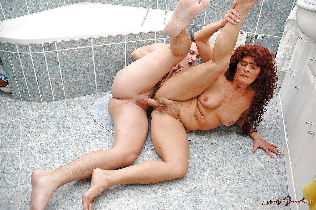 Сантехник жестко оттрахал похотливую старуху в ванной