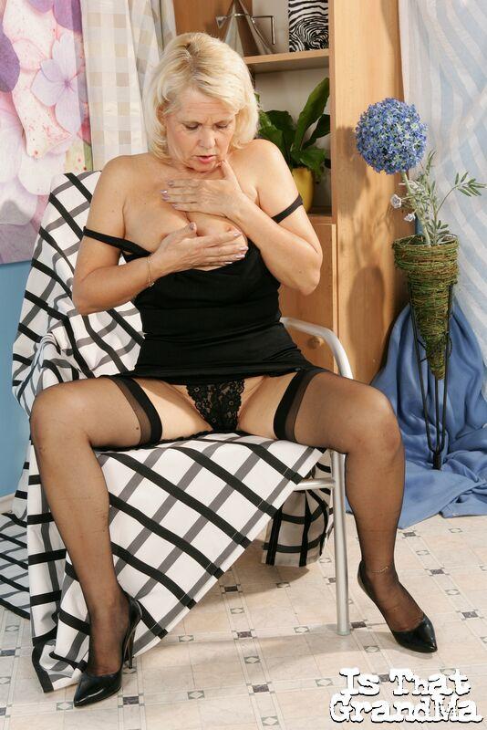 Бабушка мастурбирует письку в горячем белье