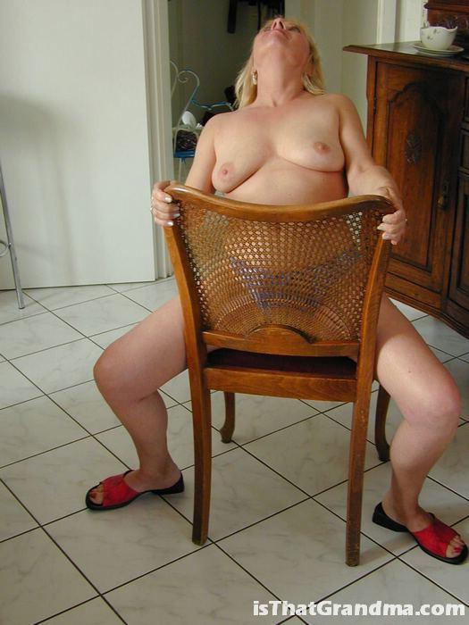 Блондинистая бабуля выставила сиськи на показ