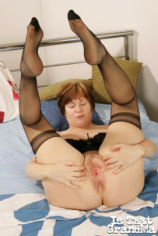 Бабка в вульгарном белье мастурбирует на кровати