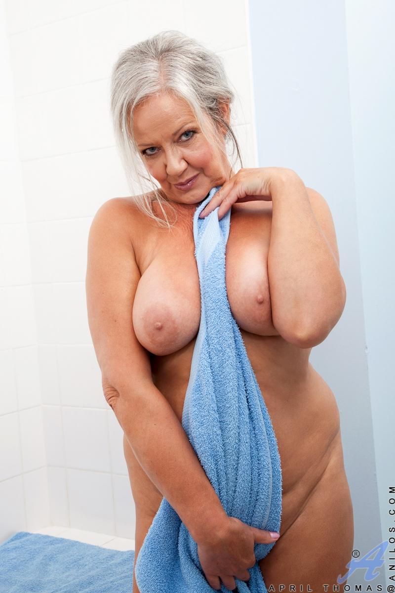 Горячая бабушка показала жопу после бани