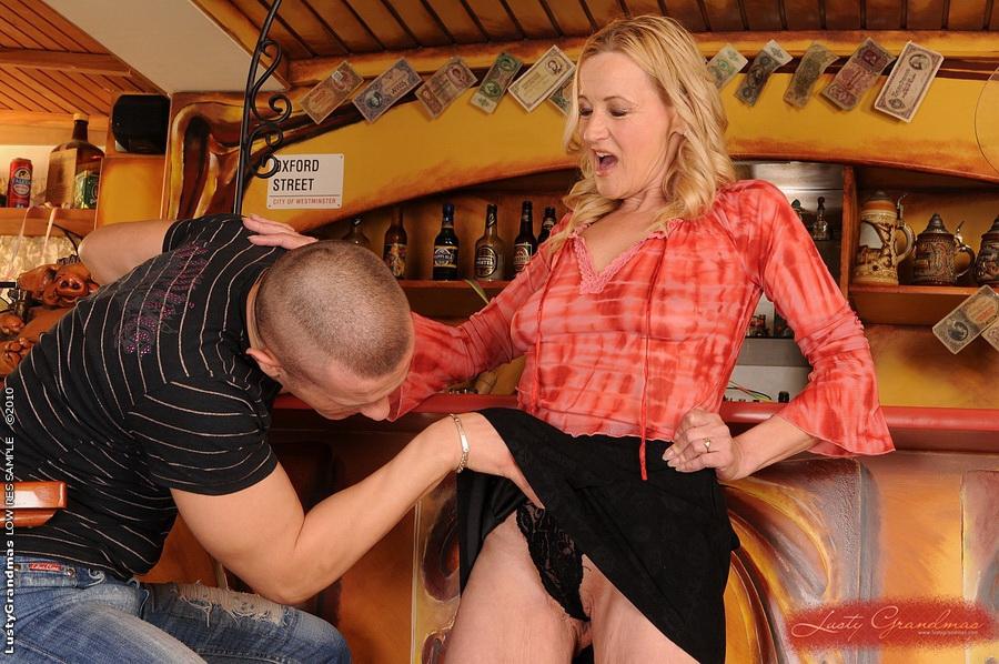 Горячая бабушка совокупляется с барменом в киску