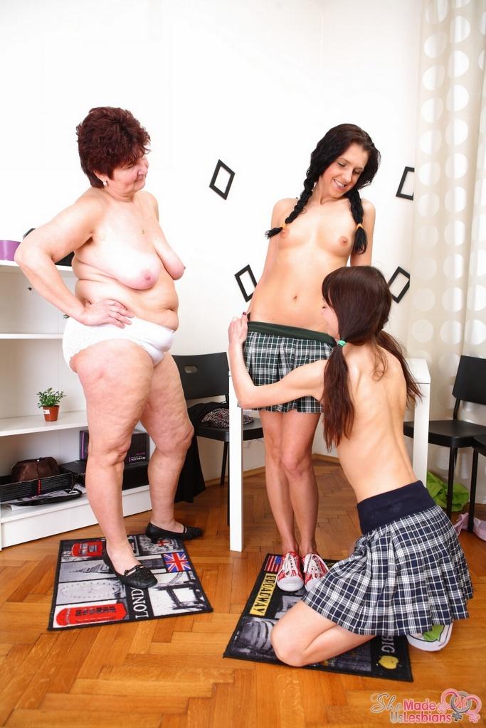 Горячая бабка мастурбирует на секс двух студенток