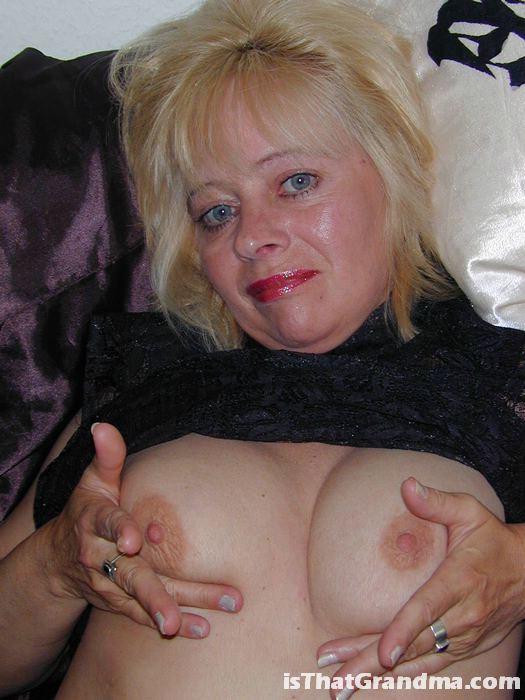 Шикарная бабушка заманивает парня своим телом