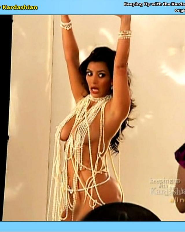 Похотливая шлюшка Kim Kardashian хвастается дойками и огромной попкой