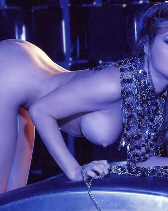 Звезда Carmen Electra выставляет свои сиськи на показ