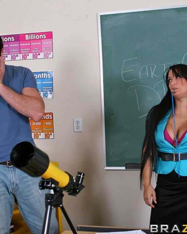 Школьная училка развратничает в кабинете