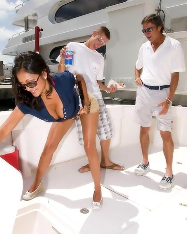 Красивая мулатка соблазняет мужика на яхте