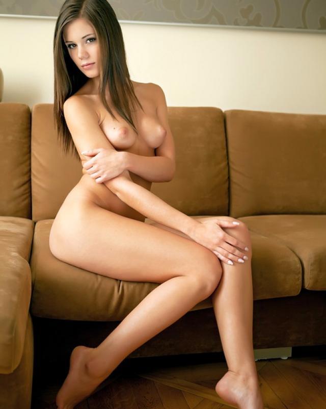 Капризная красотка и ее аппетитное тело на диване