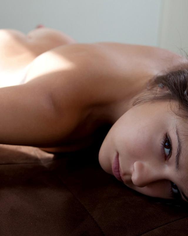 Эротичная красотка спит в синих трусиках