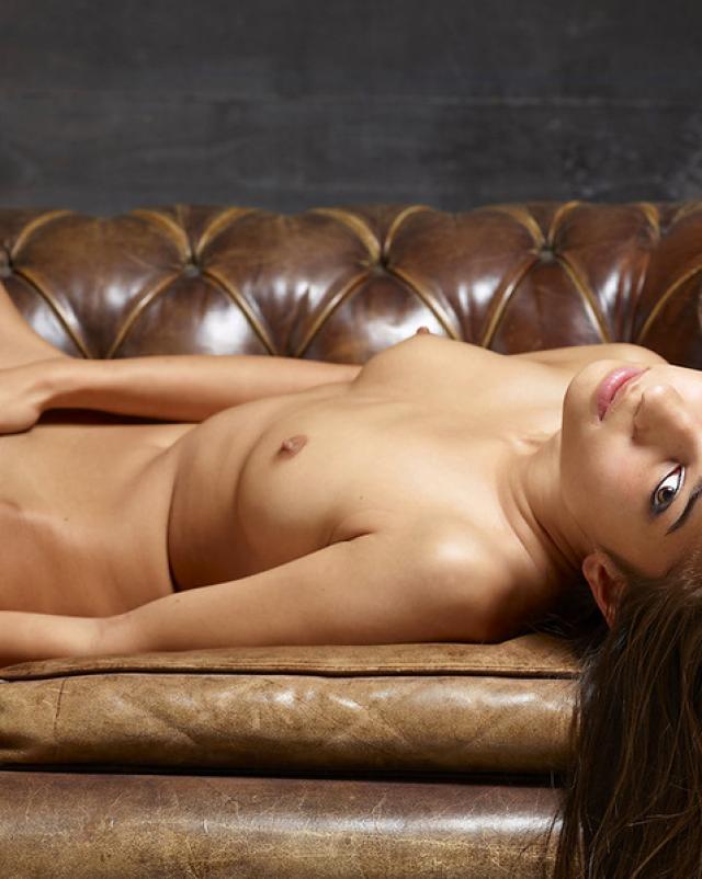 Голая красотка дрочит киску на кожаном диване