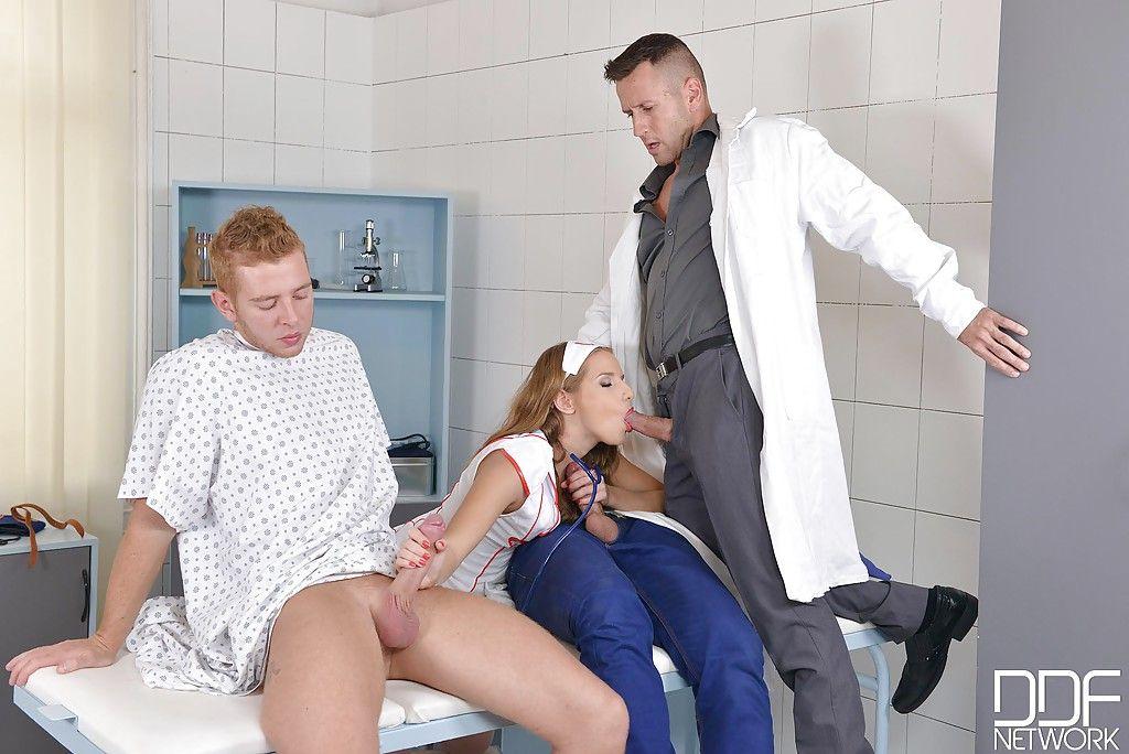 Толпа европейцев трахает рот санитарку и забрызгивает лицо спермой
