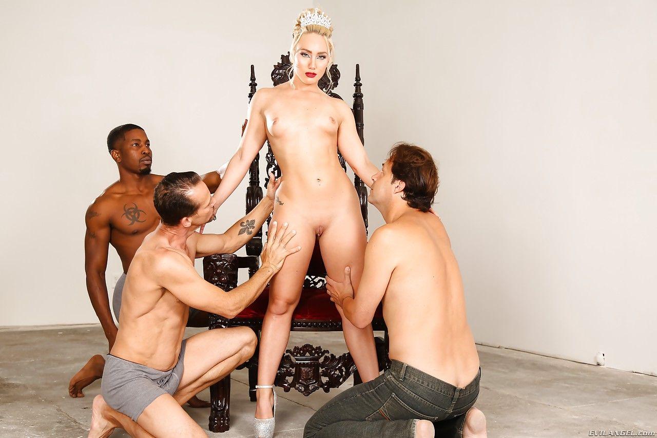 Толпа любовников трахает большими членами дырки блондинки