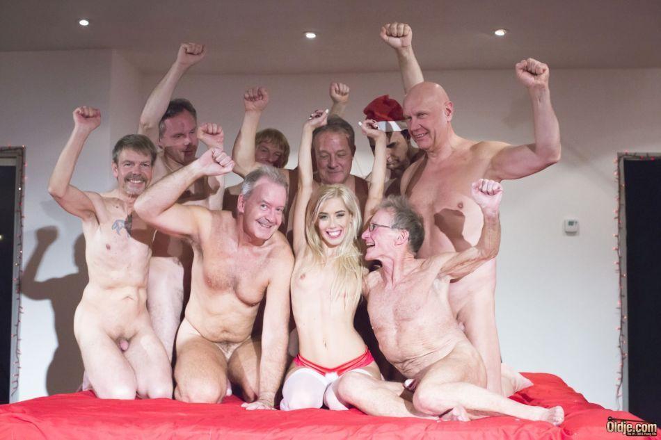 Толпа стариков трахает молоденькую блондинку во все щели