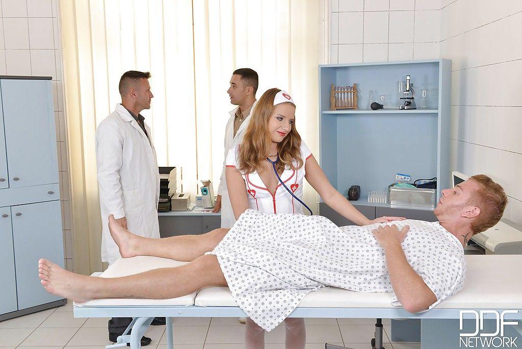 Мужики пустили симпатичную медсестру по кругу на осмотре