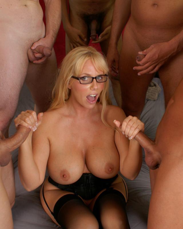 Пышная блондинка в корсете дрочит маленькие члены по кругу