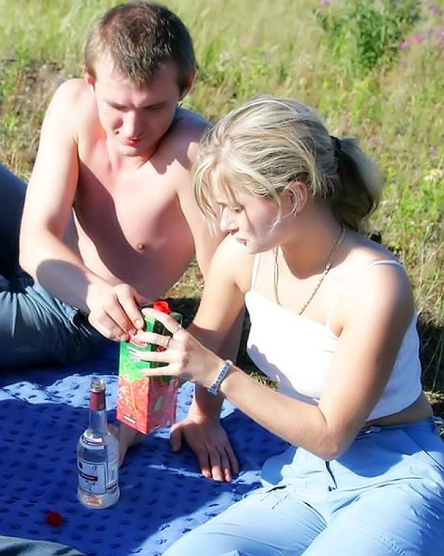 Русская студентка сосет три члена на шашлыках с друзьями