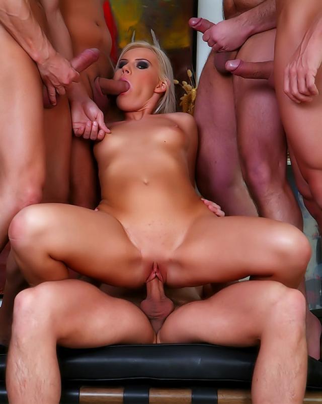 Дикая блондинка трахается с толпой футболистов на диване