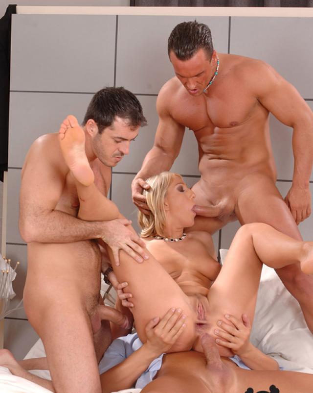 Блондинка с маленькой грудью трахается с тремя мужиками