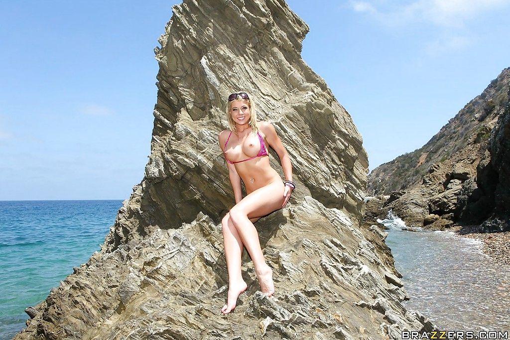 Блондинка Шона Ленэй превратила отдых на пляже в разврат